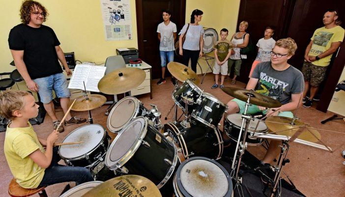 Beim Schnuppertag im soziokulturellen Zentrum: Leon Becker (10) und Thomas Buske (17) werden von Tim Dierks im Fach Schlagzeug unterrichtet. Foto: Thomas Kube