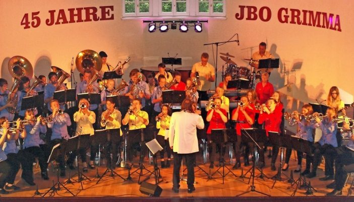 Vor ausverkauftem Haus unternahmen die Musiker mit ihren Gästen, unter denen auch Landrat Henry Graichen und Grimmas Oberbürgermeister Matthias Berger waren, eine musikalische Weltreise