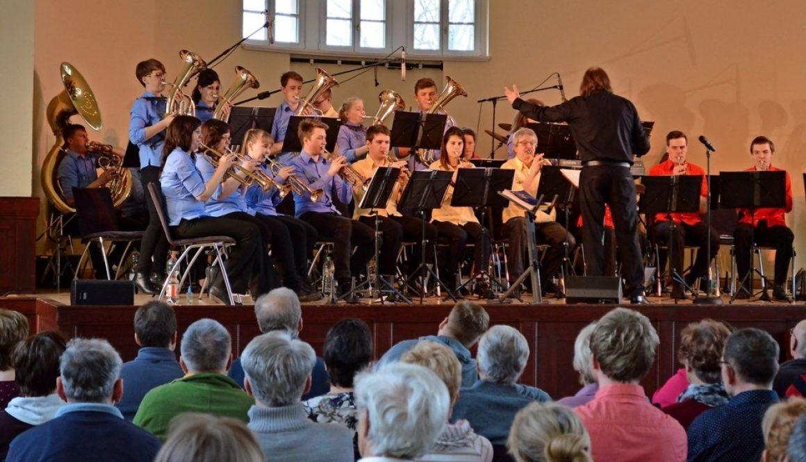 Osterkonzert: Das Jugendblasorchester Grimma unter Leitung von Reiner Rahmlow spielte vor zahlreichen Gästen im Soziokulturellen Zentrum. Foto: Bert Endruszeit