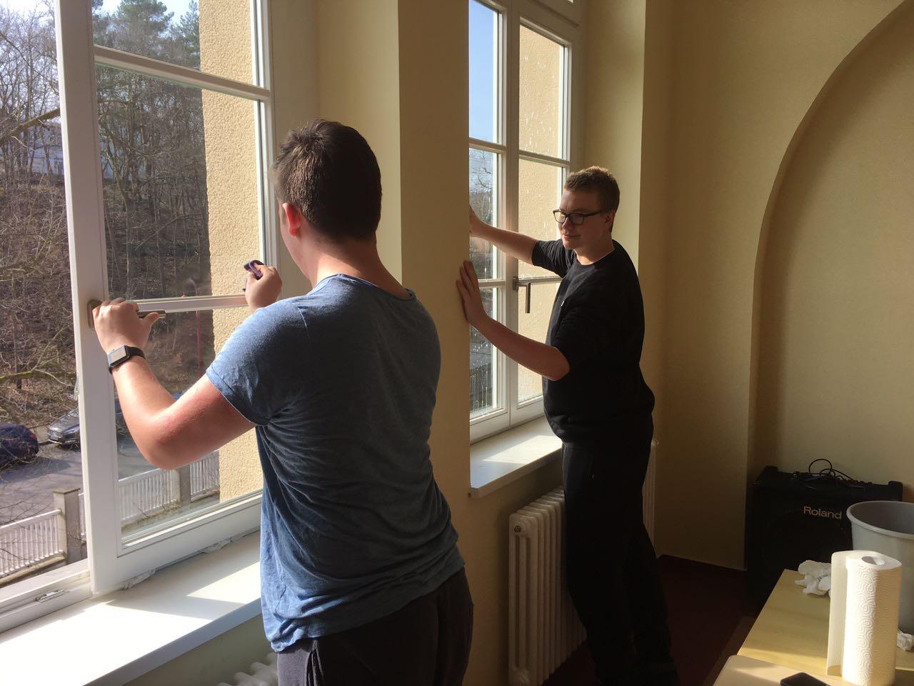 David und Thomas putzen im Blasmusikraum ...