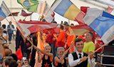 Mitglieder vom Tanzclub Blau-Gelb Grimma tragen wehend die Flaggen der teilnehmenden Länder ins Festzelt. Die Eröffnungsgala ließ keine Wünsche offen. Foto: Frank Schmidt