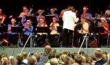 Weihnachtsmusik erklingt in der Muldentalhalle von Grimma. Nach der fulminanten Premiere im vorigen Jahr gab das Jugendblasorchester ein Weihnachtskonzert für 700 Kinder der Muldestadt. Foto: Frank Schmidt