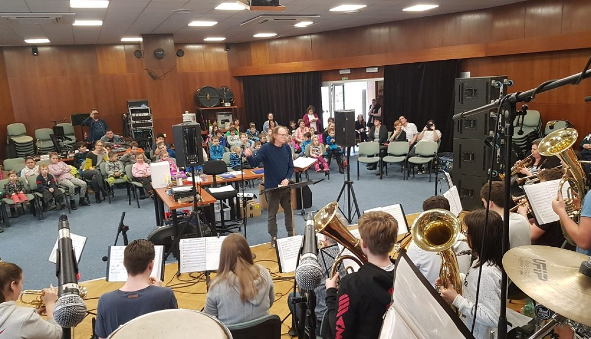 Das Grimmaer Jugendblasorchester gibt während des Probenlagers in Stare Splavy in Nordböhmen ein Gastspiel. Foto: JBO