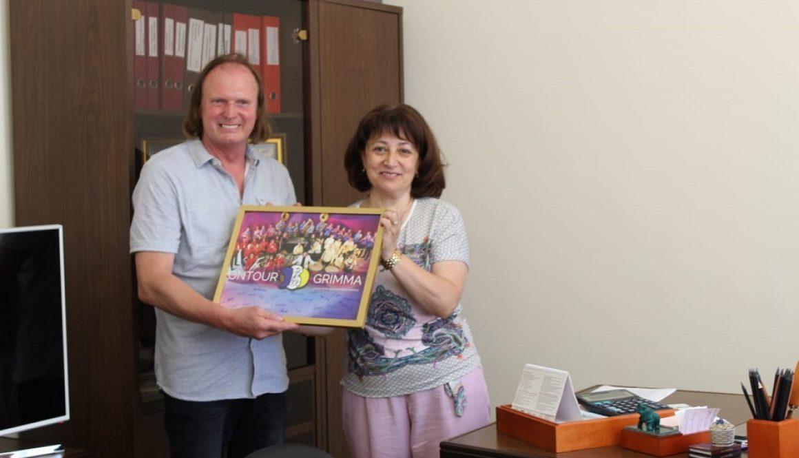 """Die Direktorin der Musikschule """"Shkola Shmeleva"""" in Sotschi, Ruzanna Georgievna Barseghyan, empfängt Reiner Rahmlow zu einem Erfahrungsaustausch."""