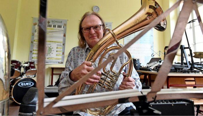 Grimmas Stadtmusikdirektor Reiner Rahmlow wird 60 Jahre alt. Seit Jahrzehnten ist er Musiklehrer, der selbst fünf verschiedene Instrumente spielen kann.