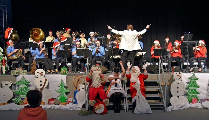 Der Schneemann hat gleich zwei Weihnachtsmänner zum Weihnachtskonzert des JBO Grimma in die Muldentalhalle mitgebracht