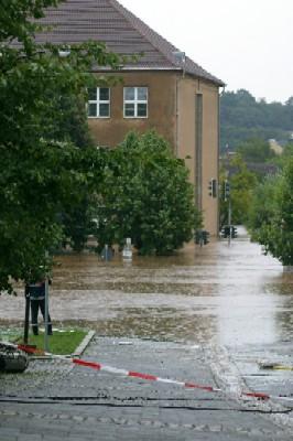 Die Mittelschule am Wallgraben. Hier lagerten unsere Instrumente. Vor  dem Feuerwehrmann ist ein Parkplatz, die Autos sind unter Wasser.